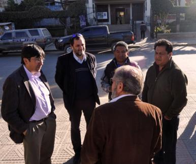 Luis Badouin, Enrique Gallicchio y Fernando Peñarrieta conversando con las Autoridades de Tiquipaya